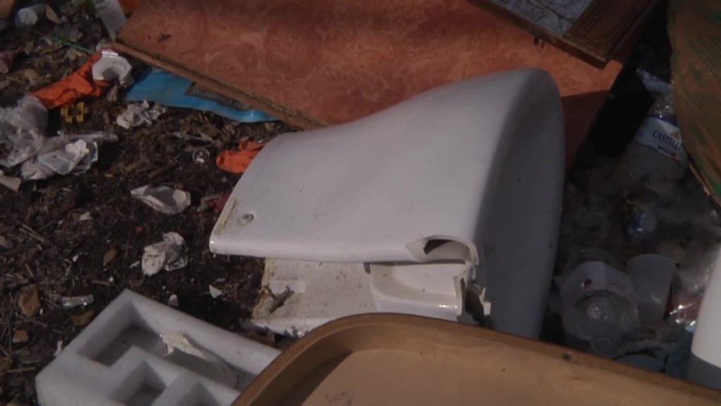 Infernetto: gli incivili tornano a scaricare rifiuti in Via della Cacciuta 2
