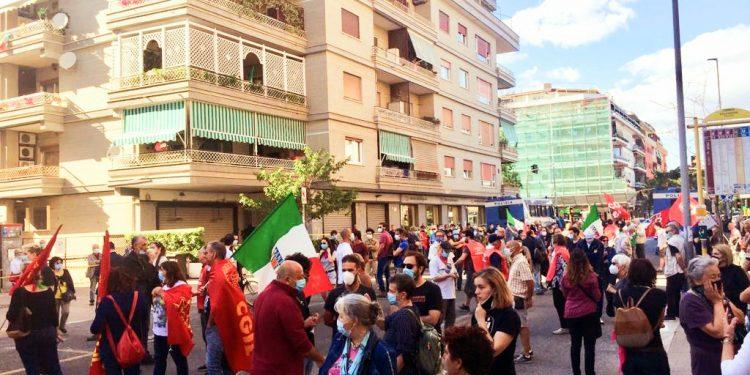 Anpi, manifestazione a Ostia contro l'occupazione abusiva di Casapound. Centinaia di partecipanti 1