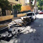 Vandali a Ostia: tre auto e due cassonetti a fuoco 1