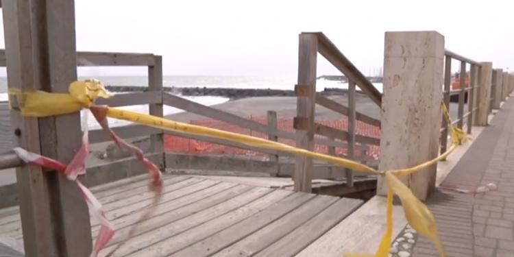 Ostia: materiali non biodegradabili interrati in spiaggia sul Lungomare Duca Degli Abruzzi 1