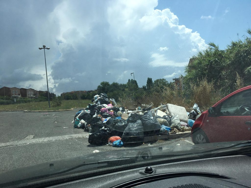 Dragoncello: emergenza rifiuti in via Ottaviani 2