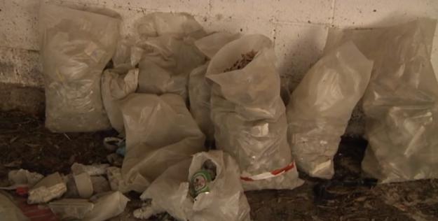 Ostia, Via delle Azzorre: discarica nei garage delle palazzine comunali 1