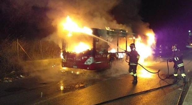 Roma, ancora un bus Atac in fiamme: distrutto dal rogo 1