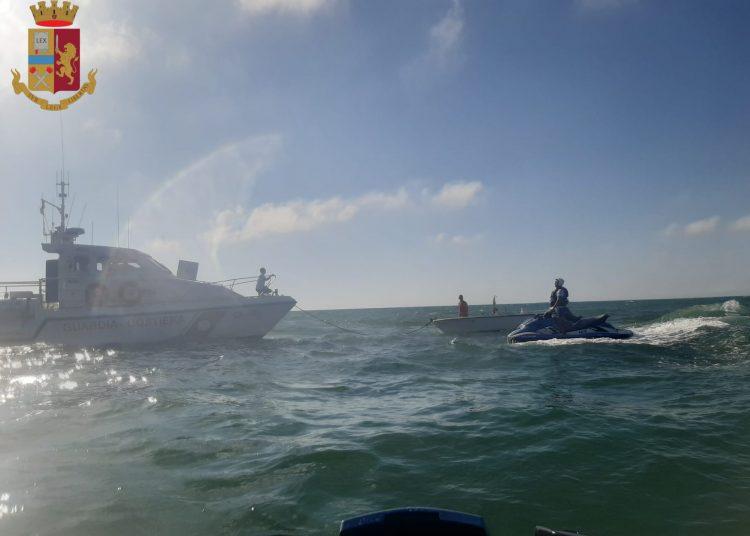 Fiumicino: in balìa delle onde a bordo di un'imbarcazione. Quattro persone sono state salvate 1