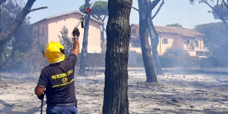Torvaianica: vasto incendio in via Danimarca. Chiusa la via Mare 2