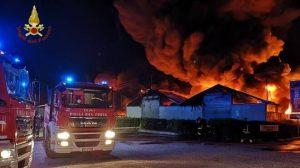 Ardea: incendio in un deposito di pneumatici 1