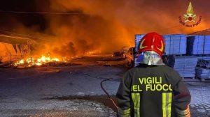 Ardea: incendio in un deposito di pneumatici 3