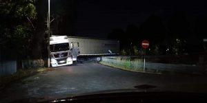 Casalpalocco, manovra sbagliata: tir blocca la strada 1