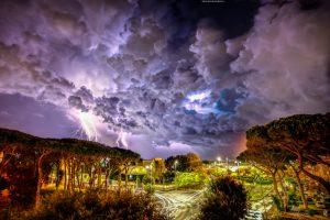 Fulmini e saette nella notte: Michele Carelli fissa la potenza della natura 1