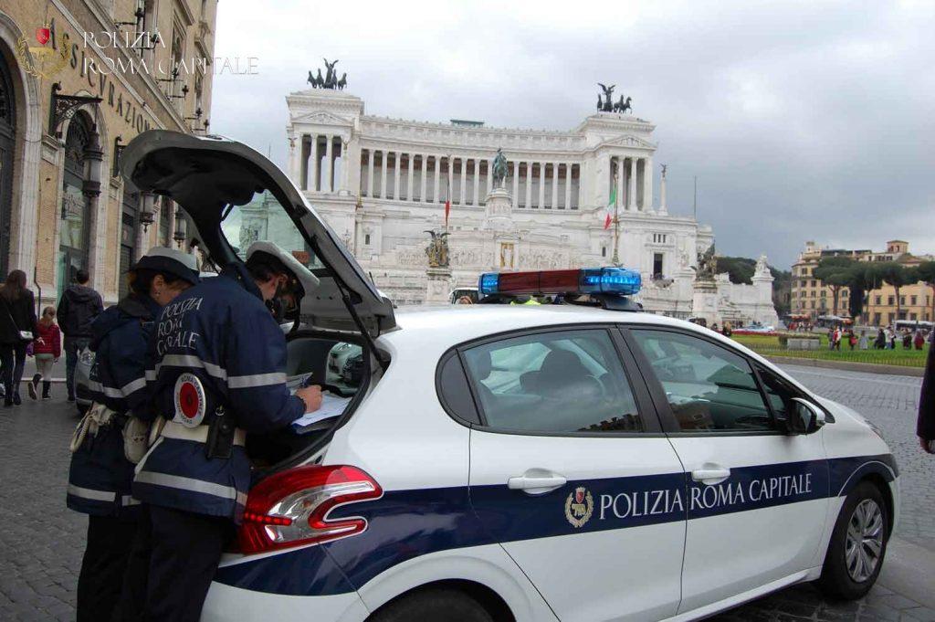 Roma, inseguito da Porta San Paolo si schianta contro l'Altare della Patria 2