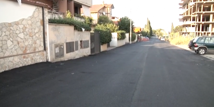 Acilia, asfaltati i tombini per le acque piovane: rischio allagamenti 1