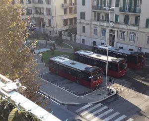 Ostia, bus schierati al Pontile: arriva la sindaca 1
