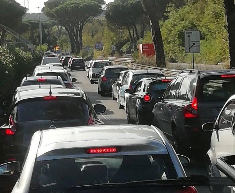 Disagi sulla via Cristoforo Colombo per un incidente: distrutta un'Alfa Romeo (FOTO) 3