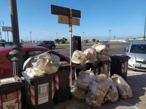 Ostia, passeggiata sotto al sole tra rifiuti non ritirati da 10 giorni 1