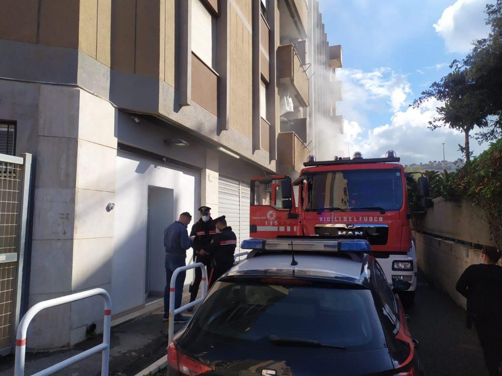 Ostia: incendio in un garage. I residenti scappano in strada (VIDEO) 2