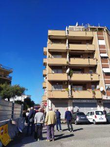 Ostia: incendio in un garage. I residenti scappano in strada (VIDEO) 1
