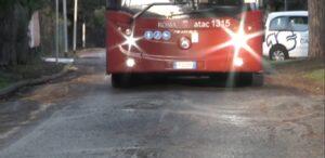 Casal Palocco, viale Alessandro Magno dissestata: ambulanze in difficoltà 1