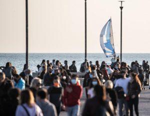 Sole e assembramenti a Ostia: la Sindaca potrebbe chiudere il lungomare? 3