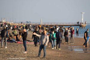 Sole e assembramenti a Ostia: la Sindaca potrebbe chiudere il lungomare? 1