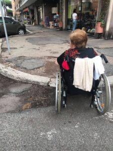 Marciapiedi killer a Ostia: anziani e disabili in pericolo 4