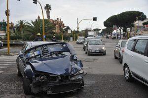 Disagi sulla via Cristoforo Colombo per un incidente: distrutta un'Alfa Romeo (FOTO) 1