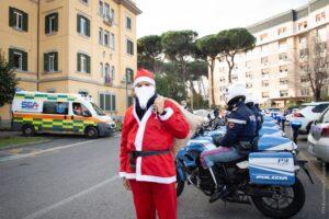 Babbo Natale tra funi e lampeggianti raggiunge i bimbi in ospedale (VIDEO) 2