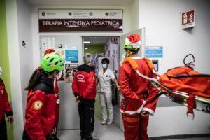 Babbo Natale tra funi e lampeggianti raggiunge i bimbi in ospedale (VIDEO) 1