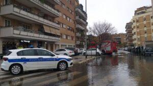 Crollano intonaci da una palazzina di nuova costruzione a Ostia 1