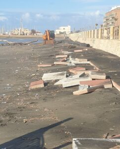 Ostia, danni da mareggiata a stabilimenti e spiagge libere: è solo l'assaggio 1