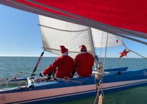 Babbo Natale veleggia e si moltiplica per quattro: gli auguri in barca dal Maresole 2