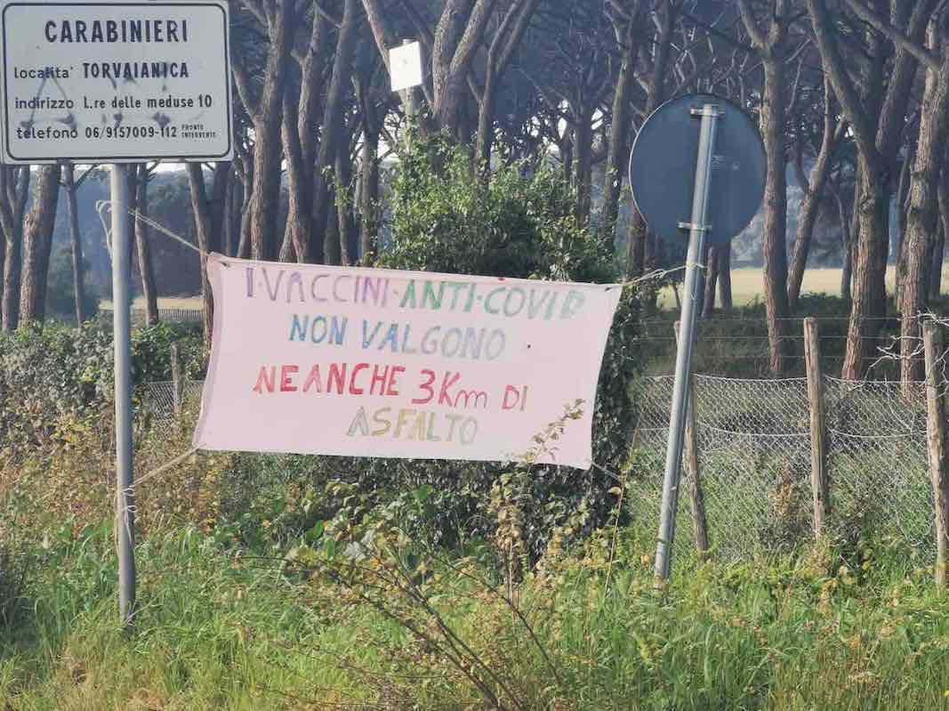 Torvaianica: protesta per le condizioni della strada che dovrebbe salvare l'Italia 1