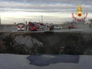 Napoli, esplosione apre una voragine al parcheggio dell'ospedale. Inghiottite le auto (VIDEO) 1