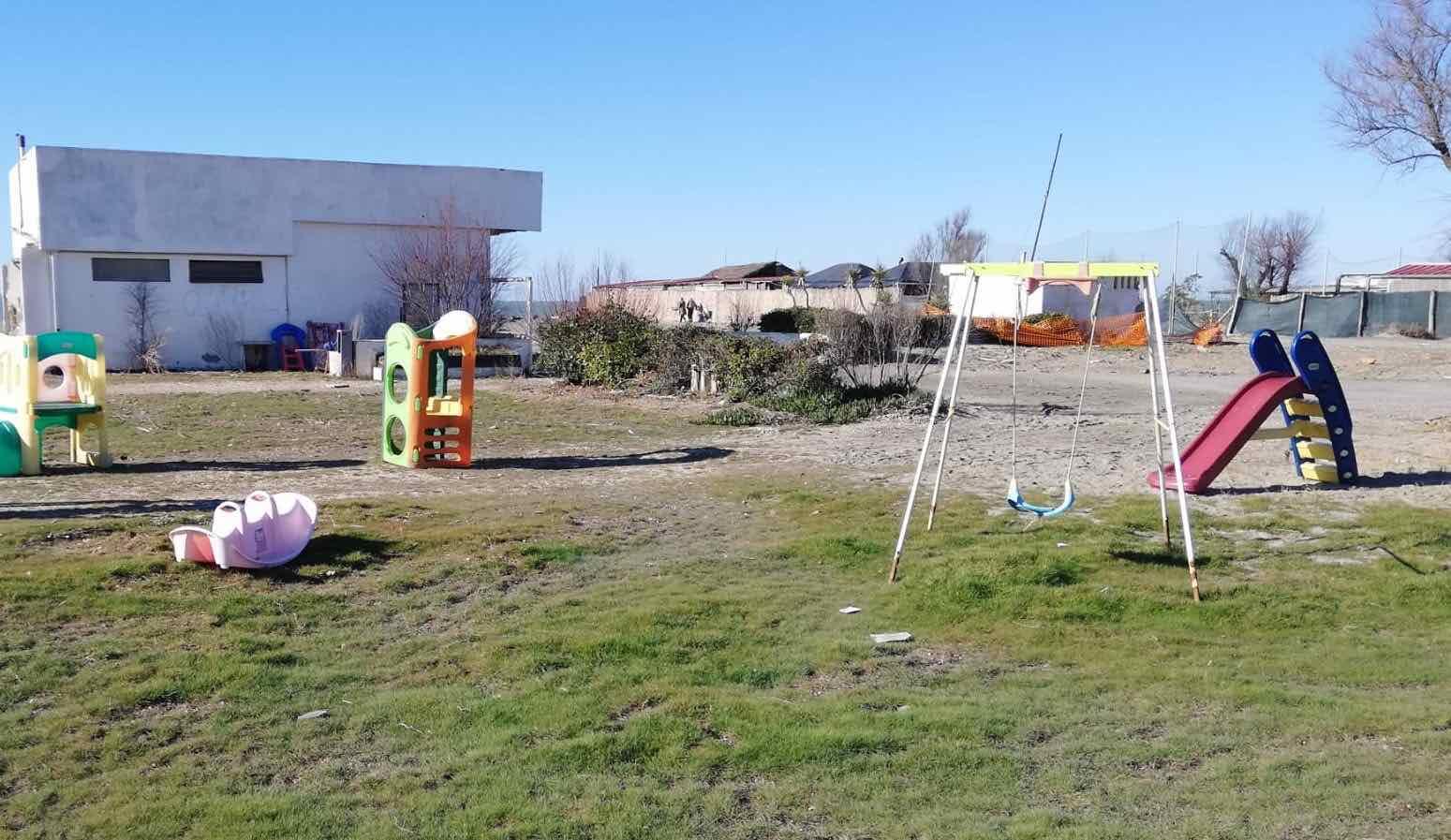 Il parco giochi è ormai inutilizzabile e i cittadini ne creano un altro sulla spiaggia. Ecco dove 1