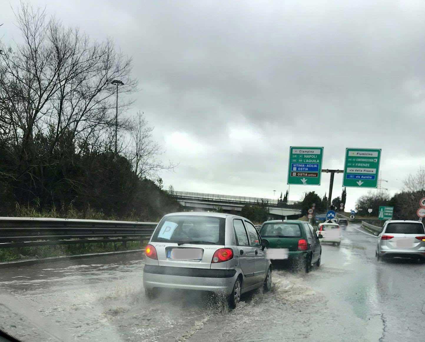 Via del Mare, automobilisti infuriati tra asfalto sconnesso e allagamenti continui 1