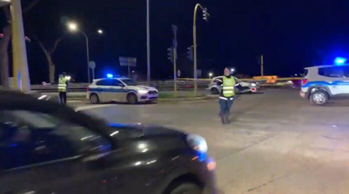 Semaforo guasto e agenti di Polizia stradale costretti a presidiare l'incrocio