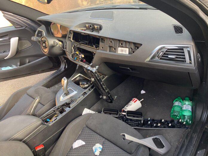 L'auto spogliata dei pezzi di ricambio