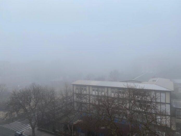 la nebbia sul lungomare di Ostia