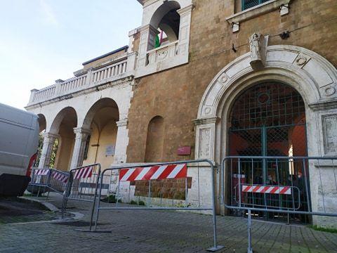 Le transenne davanti l'ingresso monumentale del Palazzo del Governatorato