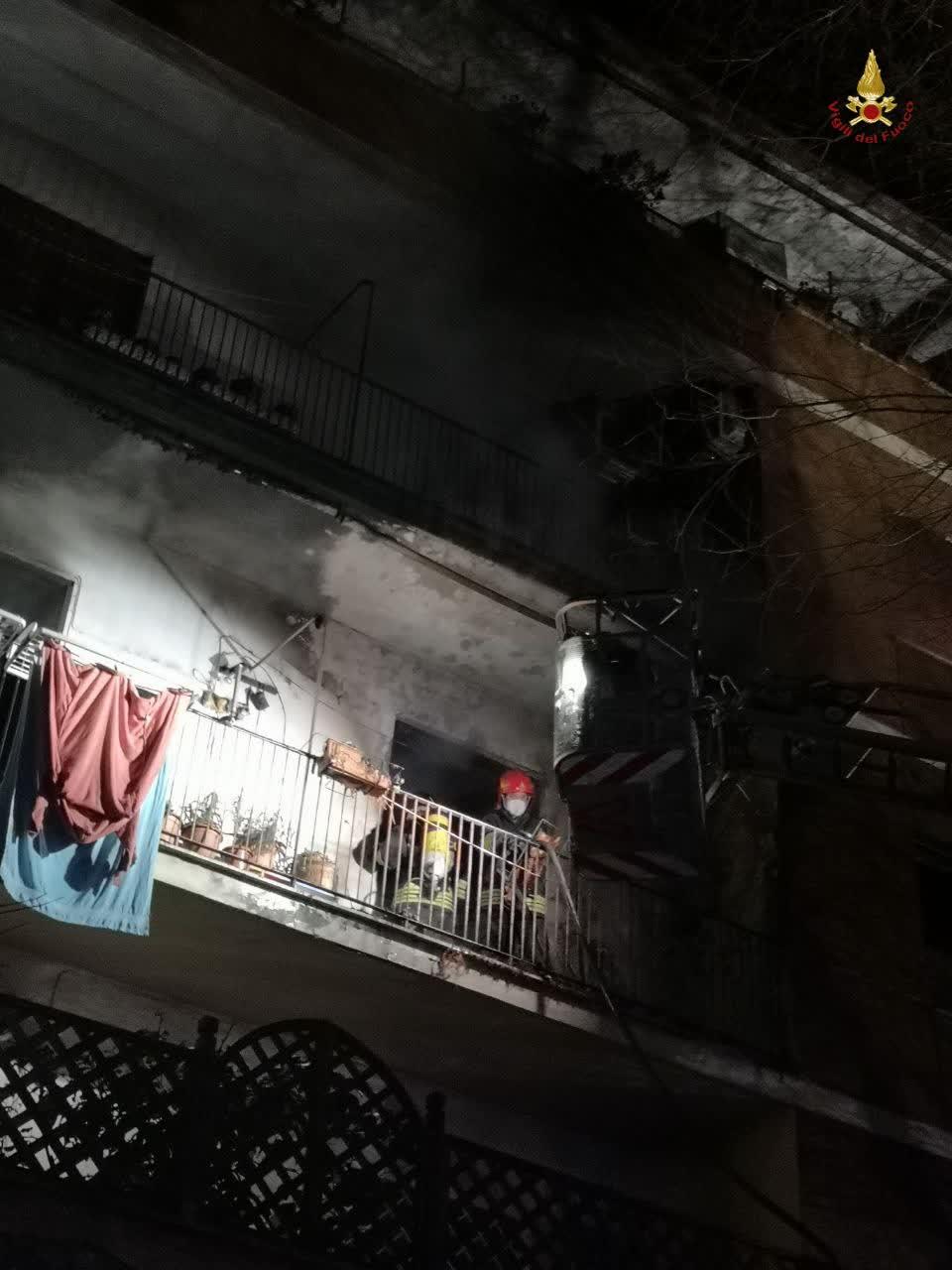 Roma: incendio in un appartamento. Anziana in ospedale 1