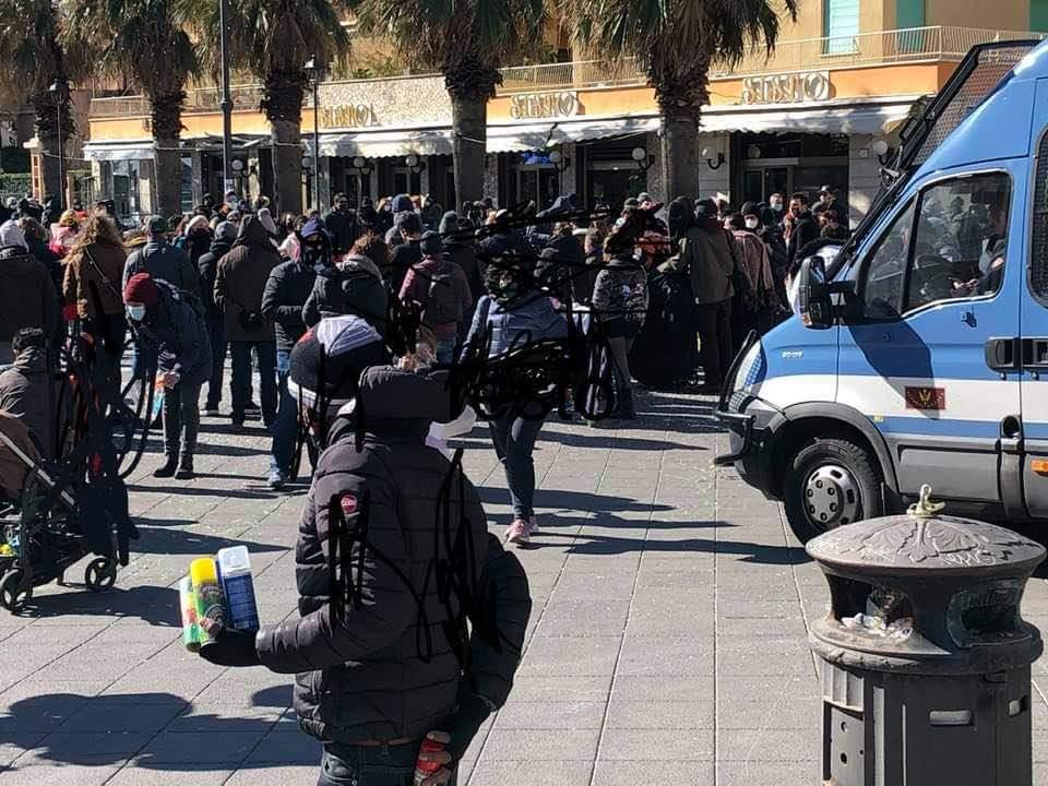 Gelo e blocco del traffico non fermano i romani: assalto a bar e ristoranti al mare 1