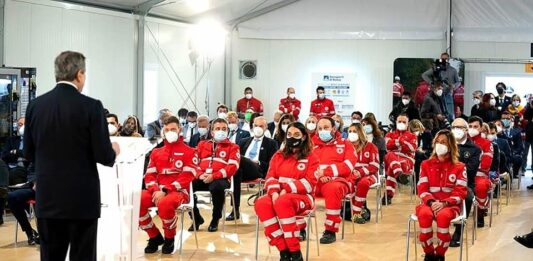 Mario Draghi incontra i vaccinatori di Fiumicino