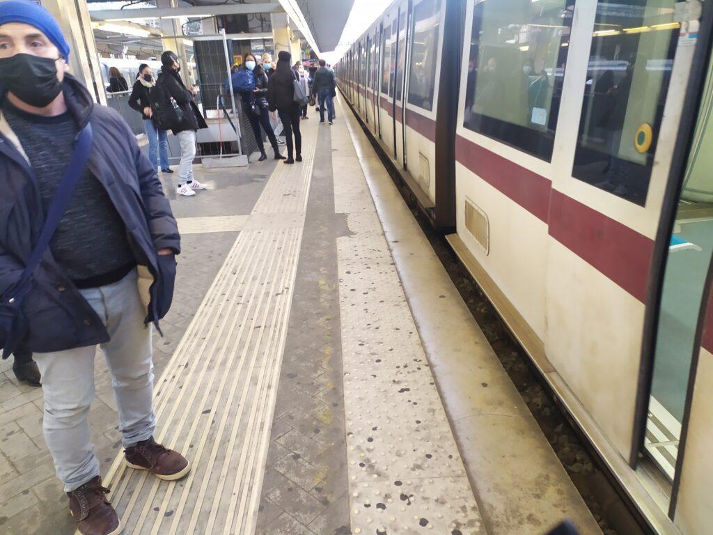 Roma-Lido, treno bloccato tra due stazioni: corse sospese per quasi un'ora 1
