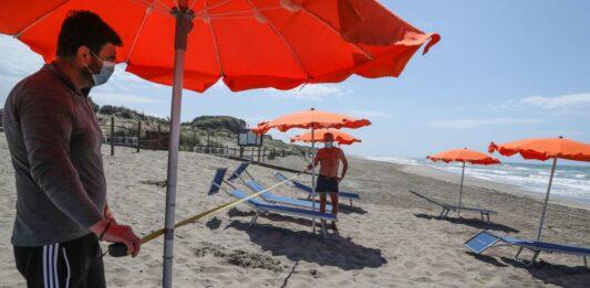 stagione balneare distanza tra ombrelloni