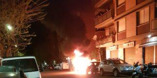 un'auto a fuoco in via delle Gondole