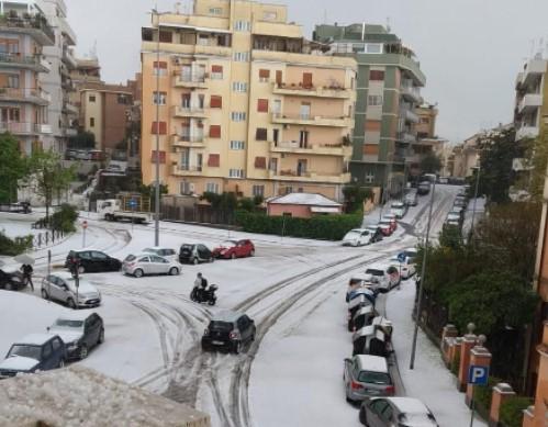 Grandine a Roma, strade imbiancate e traffico a rilento. Termini e Raccordo Anulare KO (VIDEO) 1