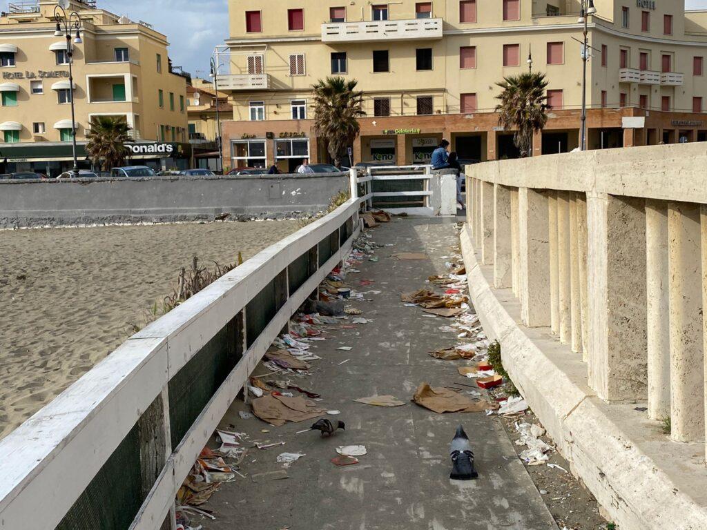 Ostia, il Pontile torna decoroso ma la spiaggia affoga nei rifiuti (VIDEO) 1