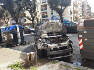 Esplode incendio dal vano motore: paura a Ostia (VIDEO) 1