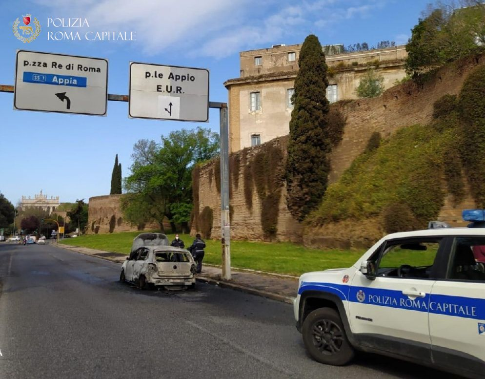 auto in fiamme polizia locale