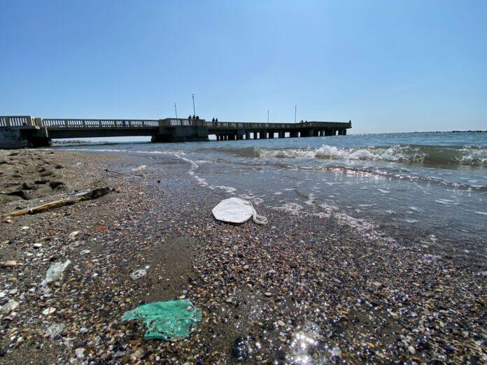 ostia rifiuti spiaggia