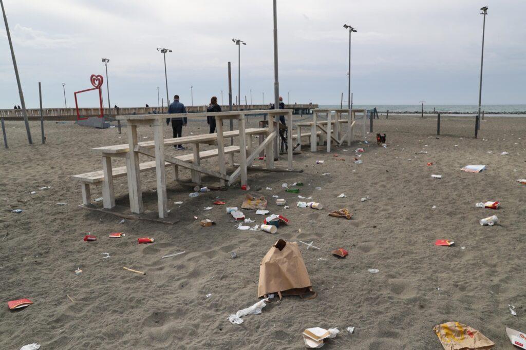 rifiuti spiaggia pontile ostia